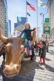 纽约,美国- 2014年4月18日:走在纽约的可爱的小女孩春天晴天 免版税图库摄影