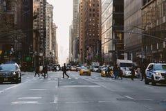 纽约,美国- 2017年11月27日:麦迪逊Ave和45nd街道, Midto 免版税库存照片