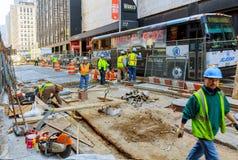纽约,美国- 04日2017年:修路和道路工程在曼哈顿 库存照片
