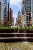 纽约,美国- 04日2017年:浇灌曲拱反对在喷泉的天空 库存照片