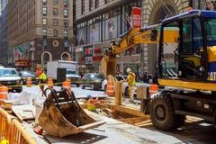 纽约,美国- 04日2017年:道路工程在曼哈顿,纽约修路 免版税库存照片