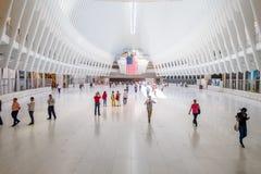 纽约,美国- 2017年5月05日:乘客人群通过在特别建筑下,形成Oculus 免版税库存图片