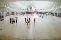 纽约,美国- 2017年5月05日:乘客人群通过在特别建筑下,形成Oculus 库存图片