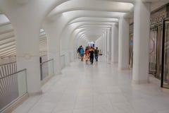 纽约,美国- 2017年5月05日:乘客人群通过在特别建筑下,形成Oculus 库存照片