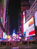 纽约,美国- 2013年2月13日:时代广场是霓虹艺术和商务的一个繁忙的旅游交叉点并且是  免版税库存图片