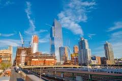 纽约,美国- 2017年5月05日:曼哈顿市美丽的景色有摩天大楼、路和华美的大厦的与一些 免版税库存照片