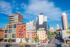 纽约,美国- 2017年5月05日:曼哈顿市美丽的景色有摩天大楼、路和华美的大厦的在新 图库摄影