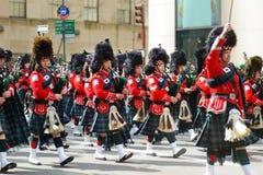 纽约,美国- 2015年3月17日:沿第五大道的每年圣帕特里克的天游行在纽约 免版税库存图片