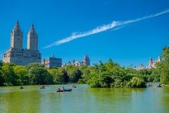 纽约,美国- 2016年11月22日:用浆划在湖的未认出的人在美丽的中央公园 库存图片