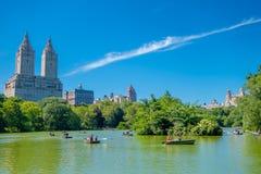 纽约,美国- 2016年11月22日:用浆划在湖的未认出的人在美丽的中央公园 库存照片