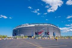 纽约,美国- 2016年11月22日:走未认出的厄瓜多尔的爱好者输入到Metlife体育场看橄榄球 免版税库存照片