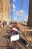 人们行使俯卧撑在布鲁克林大桥在纽约 免版税库存照片