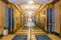 纽约,美国- 2017年5月05日:从里边看法在市政职员` s的婚姻局` s公开招待会走廊 免版税库存图片