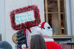 纽约,美国- 2011年12月10日-人们deressed作为庆祝xmas的圣诞老人 库存照片