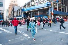 纽约,美国- 2011年12月10日-人们deressed作为庆祝xmas的圣诞老人 库存图片