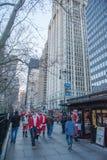 纽约,美国- 2011年12月10日-作为圣诞老人打扮的人们庆祝xmas 库存照片
