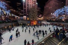 纽约,美国- 2011年12月9日-滑冰在rockfeller中心庆祝的xmas的人们 图库摄影