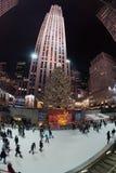 纽约,美国- 2011年12月9日-滑冰在rockfeller中心庆祝的xmas的人们 免版税图库摄影