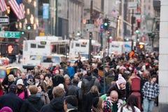 纽约,美国- 2011年12月11日-城市街道拥挤xmas的人 免版税库存照片