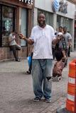 纽约,美国- 2015年6月15日-无家可归微笑照相机的在哈林周日 库存照片