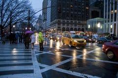 纽约,美国 2012年12月09日 第5个ave的多雨晚上视图在NYC的 库存图片