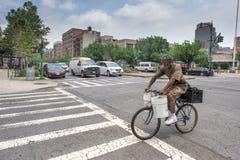 纽约,美国- 2015年6月15日-走在哈林的人们周日 库存照片