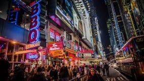 纽约,美国- 2012年, 12月23日:在时代广场附近的区域在晚上 时代广场是一个主要商业交叉点和邻居 库存图片
