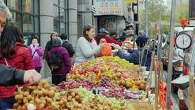 纽约,美国- OKTOBER, 2016年:贸易的水果和蔬菜在一个小市场上在唐人街 股票录像