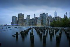 纽约,更低的曼哈顿,从布鲁克林大桥公园 库存图片