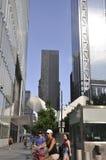 纽约, 7月2日:从曼哈顿的9/11爆心投影纪念公园摩天大楼在纽约美国 库存图片