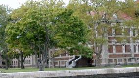 纽约, 8月3日:在哈得逊河的埃利斯岛历史建筑在纽约 股票视频