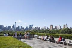 纽约, 2015年9月14日:访客享用阳光和vi 免版税库存照片