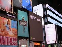 纽约, 8月3nd日:时代广场广告在夜之前在曼哈顿在纽约 免版税库存照片