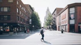 纽约, NY,美国05 29 2016年人在交叉点第6条大道的横穿街道和第8条街道在格林尼治村 免版税库存照片