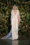 纽约, NY -双十国庆:在克莱尔Pettibone秋天2015新娘汇集展示期间,模型走跑道 图库摄影