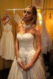 纽约, NY - 10月09日:准备好后台佩带的Oleg卡西尼秋天2015新娘收藏的模型 免版税库存图片