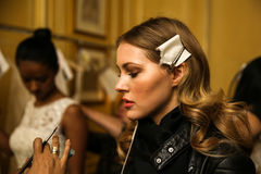 纽约, NY - 10月09日:准备好的模型后台在Oleg卡西尼秋天2015新娘收藏时 图库摄影