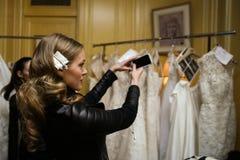 纽约, NY - 10月09日:准备好的模型后台在Oleg卡西尼秋天2015新娘汇集时装表演前 库存照片