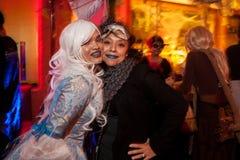 纽约, NY - 10月31日:在万圣夜事件期间,摆在时尚的mascaraed服装的客人集会 图库摄影