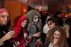 纽约, NY - 10月31日:在万圣夜事件期间,摆在时尚的mascaraed服装的客人集会 免版税图库摄影