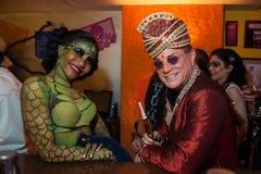 纽约, NY - 10月31日:在万圣夜事件期间,摆在时尚的mascaraed服装的客人集会 免版税库存照片