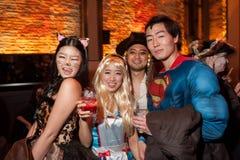 纽约, NY - 10月31日:在万圣夜事件期间,摆在时尚的mascaraed服装的客人集会 免版税库存图片