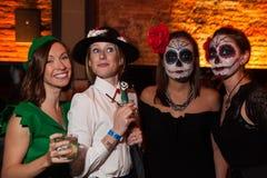 纽约, NY - 10月31日:在万圣夜事件期间,摆在时尚的mascaraed服装的客人集会 库存照片