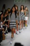 纽约, NY - 10月19日:在健美的年轻人期间的跑道结局预览petitePARADE孩子时尚星期的模型步行 库存照片
