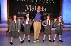 纽约, NY - 5月19日:在拉尔夫・洛朗秋天14儿童的时装表演以后的大卫Lauren和孩子 免版税库存图片