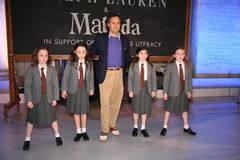 纽约, NY - 5月19日:在拉尔夫・洛朗秋天14儿童的时装表演以后的大卫Lauren和孩子 免版税库存照片