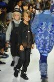 纽约, NY - 10月18日:在教区牧师期间的跑道结局预览小的游行孩子时尚星期的模型步行 库存图片