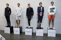 纽约, NY - 9月03日:在男服介绍的模型姿势 库存照片