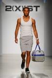 纽约, NY - 10月21日:在2个(X) IST人的时装表演期间,模型走跑道 免版税图库摄影