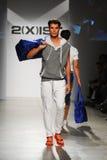 纽约, NY - 10月21日:在2个(X) IST人的时装表演期间,模型走跑道 库存图片